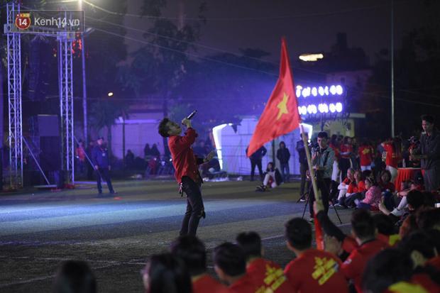 Offline các trường Đại học lớn nhất nước cổ vũ đội tuyển Việt Nam: Dàn gái xinh lung linh nhảy cực sung chờ bóng lăn - Ảnh 17.