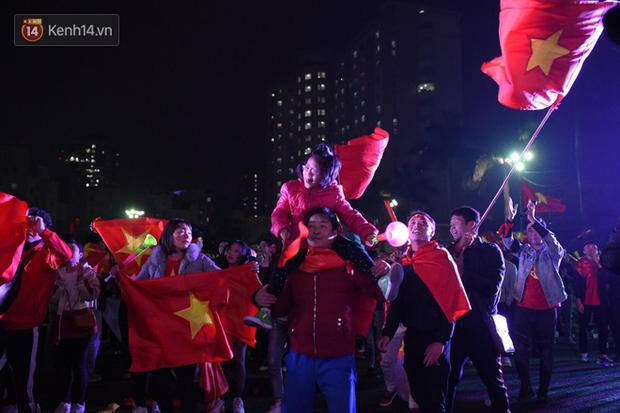 Sinh viên ăn mừng: Vô địch rồi, ngẩng cao đầu hô vang Việt Nam chiến thắng thôi anh em bạn bè ơi - Ảnh 4.