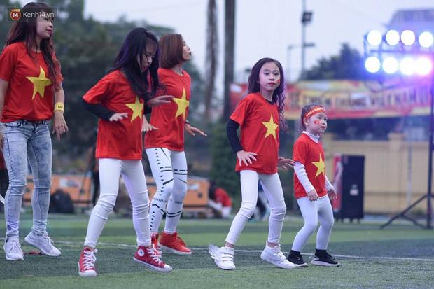 Offline các trường Đại học lớn nhất nước cổ vũ đội tuyển Việt Nam: Dàn gái xinh lung linh nhảy cực sung chờ bóng lăn - Ảnh 38.