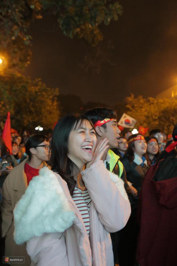 Sinh viên ăn mừng: Vô địch rồi, ngẩng cao đầu hô vang Việt Nam chiến thắng thôi anh em bạn bè ơi - Ảnh 10.