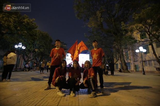 Offline các trường Đại học lớn nhất nước cổ vũ đội tuyển Việt Nam: Dàn gái xinh lung linh nhảy cực sung chờ bóng lăn - Ảnh 21.