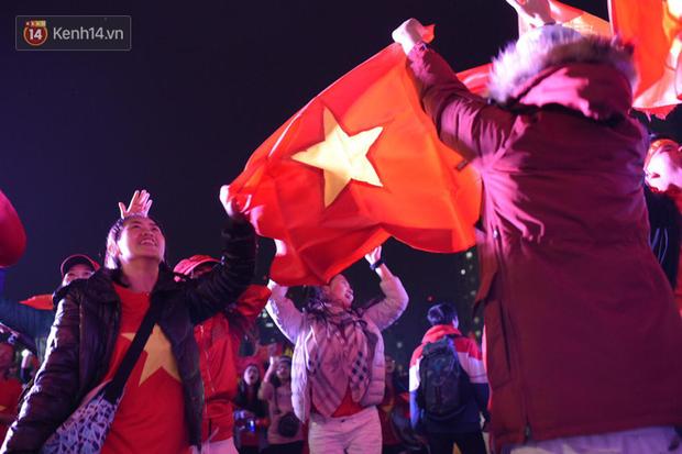Sinh viên ăn mừng: Vô địch rồi, ngẩng cao đầu hô vang Việt Nam chiến thắng thôi anh em bạn bè ơi - Ảnh 5.