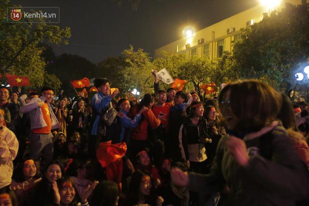 Sinh viên ăn mừng: Vô địch rồi, ngẩng cao đầu hô vang Việt Nam chiến thắng thôi anh em bạn bè ơi - Ảnh 2.