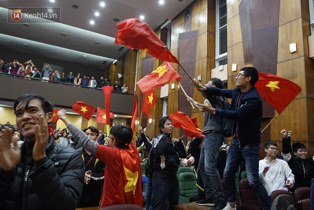 Sinh viên ăn mừng: Vô địch rồi, ngẩng cao đầu hô vang Việt Nam chiến thắng thôi anh em bạn bè ơi - Ảnh 6.
