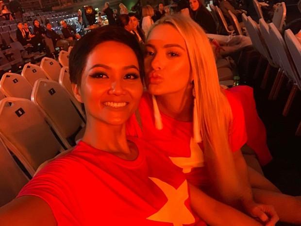 Từng chê bai tiếng Anh của HHen Niê, hoa hậu Mỹ bất ngờ mặc áo cờ đỏ sao vàng ủng hộ bóng đá Việt Nam - Ảnh 3.
