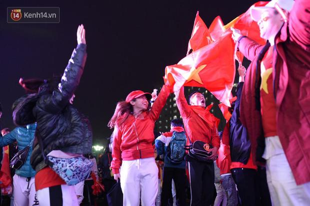 Sinh viên ăn mừng: Vô địch rồi, ngẩng cao đầu hô vang Việt Nam chiến thắng thôi anh em bạn bè ơi - Ảnh 7.