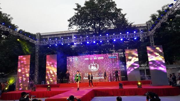 Offline các trường Đại học lớn nhất nước cổ vũ đội tuyển Việt Nam: Dàn gái xinh lung linh nhảy cực sung chờ bóng lăn - Ảnh 33.