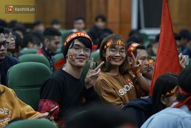 Rợp trời dàn cổ động viên xinh xắn trên khán đài cổ vũ Việt Nam tại CK AFF CUP 2018 của các trường Đại học - Ảnh 7.