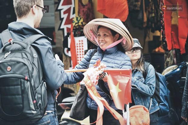 Một Hà Nội vui như Tết trong ngày đón chờ trận chung kết lịch sử: Phố phường rộn ràng tiếng nhạc, cờ hoa phủ mọi nẻo đường - Ảnh 7.
