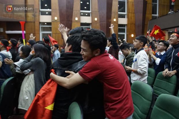 Sinh viên ăn mừng: Vô địch rồi, ngẩng cao đầu hô vang Việt Nam chiến thắng thôi anh em bạn bè ơi - Ảnh 8.