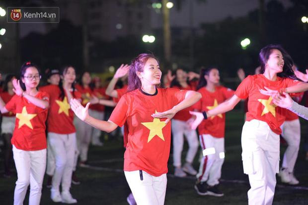 Offline các trường Đại học lớn nhất nước cổ vũ đội tuyển Việt Nam: Dàn gái xinh lung linh nhảy cực sung chờ bóng lăn - Ảnh 23.