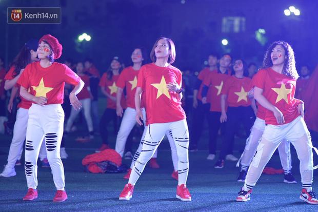 Offline các trường Đại học lớn nhất nước cổ vũ đội tuyển Việt Nam: Dàn gái xinh lung linh nhảy cực sung chờ bóng lăn - Ảnh 24.