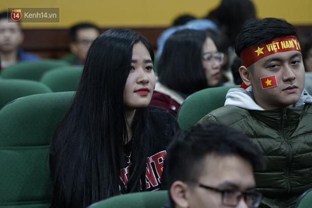 Rợp trời dàn cổ động viên xinh xắn trên khán đài cổ vũ Việt Nam tại CK AFF CUP 2018 của các trường Đại học - Ảnh 2.
