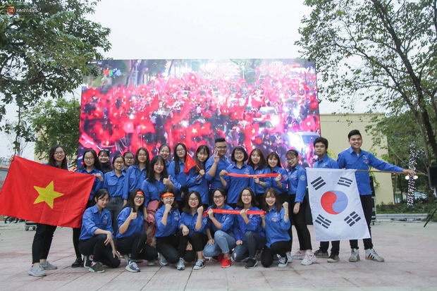 Offline các trường Đại học lớn nhất nước cổ vũ đội tuyển Việt Nam: Dàn gái xinh lung linh nhảy cực sung chờ bóng lăn - Ảnh 31.