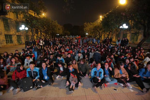Offline các trường Đại học lớn nhất nước cổ vũ đội tuyển Việt Nam: Dàn gái xinh lung linh nhảy cực sung chờ bóng lăn - Ảnh 20.