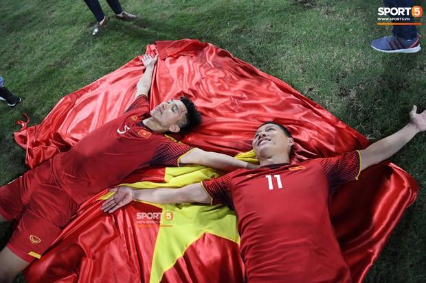 Vô địch AFF Cup, người hùng Anh Đức rớm nước mắt, chỉ biết nghẹn ngào thốt lên tuyệt vời - Ảnh 1.