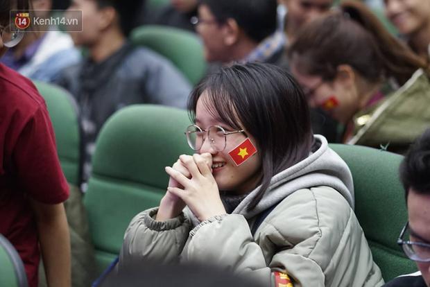 Rợp trời dàn cổ động viên xinh xắn trên khán đài cổ vũ Việt Nam tại CK AFF CUP 2018 của các trường Đại học - Ảnh 10.