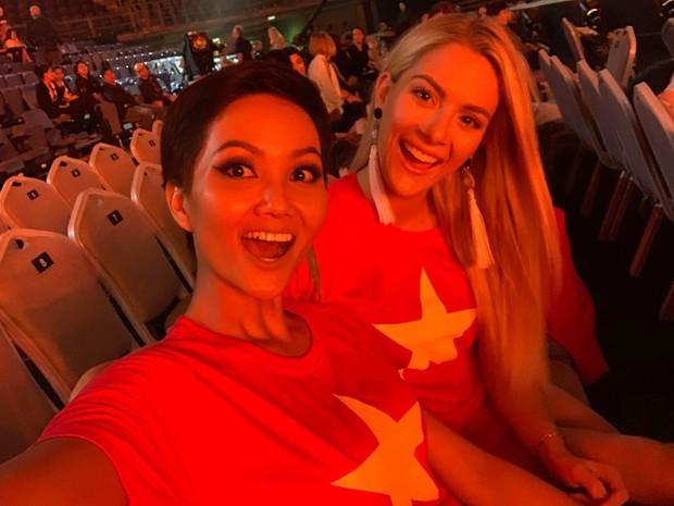Từng chê bai tiếng Anh của HHen Niê, hoa hậu Mỹ bất ngờ mặc áo cờ đỏ sao vàng ủng hộ bóng đá Việt Nam - Ảnh 2.