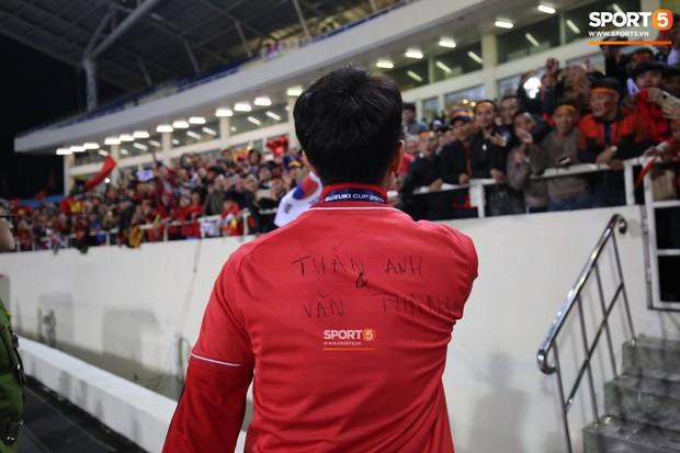 Hân hoan nhận cúp vô địch, nhưng dòng chữ viết tên các cầu thủ bị chấn thương trên áo Xuân Trường  - Văn Hậu mới là điều xúc động nhất! - Ảnh 1.