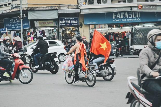 Một Hà Nội vui như Tết trong ngày đón chờ trận chung kết lịch sử: Phố phường rộn ràng tiếng nhạc, cờ hoa phủ mọi nẻo đường - Ảnh 4.