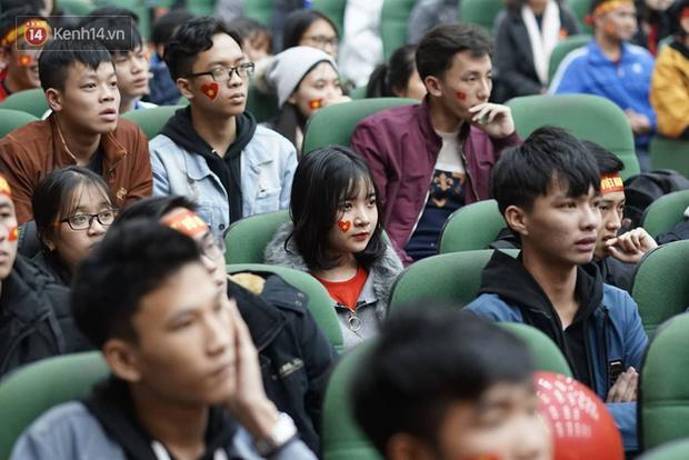 Rợp trời dàn cổ động viên xinh xắn trên khán đài cổ vũ Việt Nam tại CK AFF CUP 2018 của các trường Đại học - Ảnh 3.