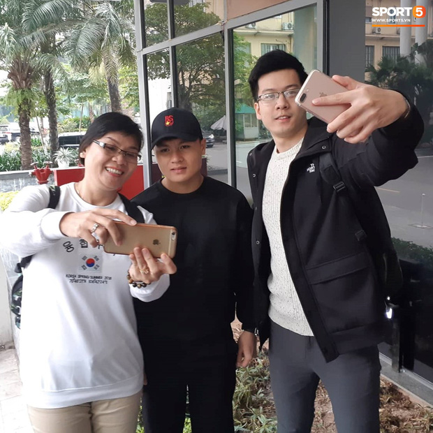 Tuyển Việt Nam thoải mái mua sắm, gặp mặt bạn bè trước giờ G - Ảnh 6.