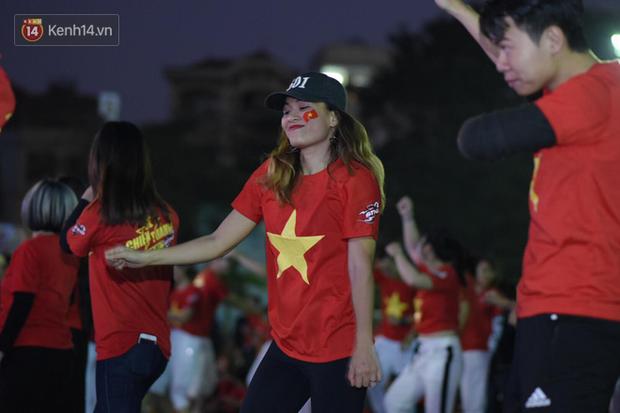 Offline các trường Đại học lớn nhất nước cổ vũ đội tuyển Việt Nam: Dàn gái xinh lung linh nhảy cực sung chờ bóng lăn - Ảnh 25.