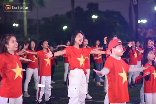 Offline các trường Đại học lớn nhất nước cổ vũ đội tuyển Việt Nam: Dàn gái xinh lung linh nhảy cực sung chờ bóng lăn - Ảnh 26.