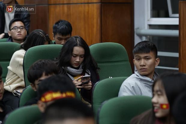Rợp trời dàn cổ động viên xinh xắn trên khán đài cổ vũ Việt Nam tại CK AFF CUP 2018 của các trường Đại học - Ảnh 11.