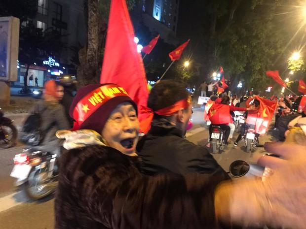 Tâm bão đêm nay: Hình ảnh cụ bà ngồi sau xe máy bắt tay, ăn mừng Việt Nam vô địch khiến giới trẻ cũng nể phục bội phần - Ảnh 1.
