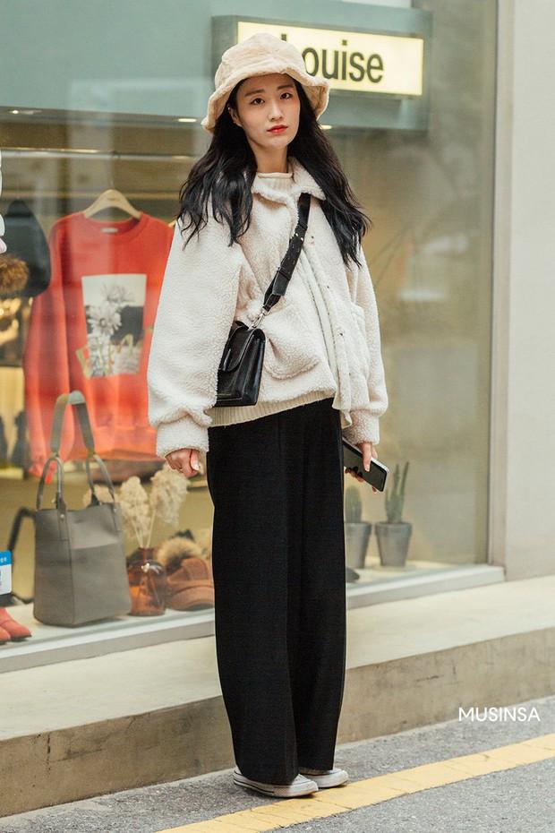 Street style giới trẻ Hàn tuần qua chứng minh: thích mặc kín mít hay sexy thì bạn cũng có cả chục cách mix đồ cho đủ ấm - Ảnh 4.