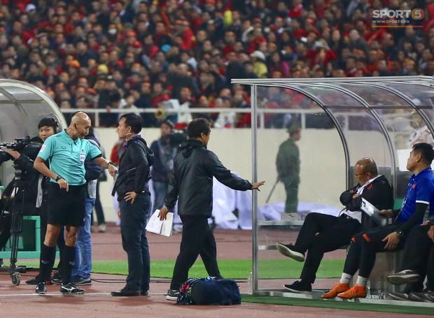 HLV Park Hang-seo giận dữ vì bị trợ lý trọng tài đuổi về chỗ ngồi - Ảnh 4.