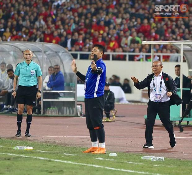 HLV Park Hang-seo giận dữ vì bị trợ lý trọng tài đuổi về chỗ ngồi - Ảnh 5.