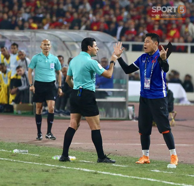 HLV Park Hang-seo giận dữ vì bị trợ lý trọng tài đuổi về chỗ ngồi - Ảnh 6.