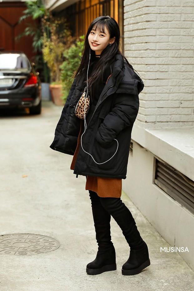 Street style giới trẻ Hàn tuần qua chứng minh: thích mặc kín mít hay sexy thì bạn cũng có cả chục cách mix đồ cho đủ ấm - Ảnh 7.