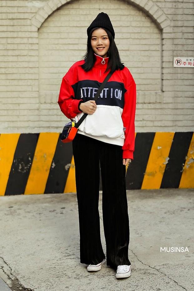 Street style giới trẻ Hàn tuần qua chứng minh: thích mặc kín mít hay sexy thì bạn cũng có cả chục cách mix đồ cho đủ ấm - Ảnh 8.