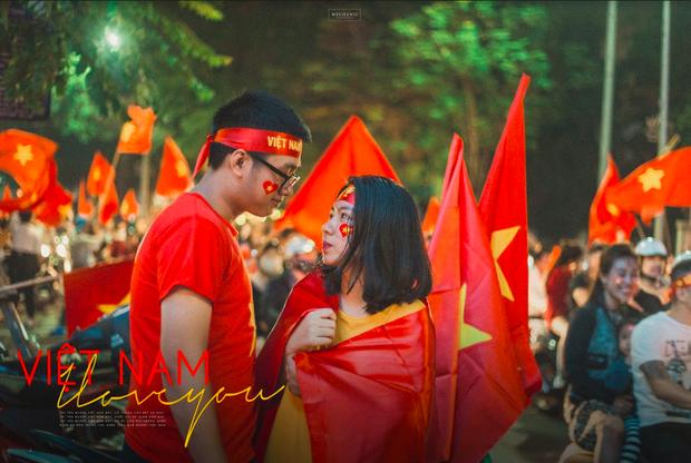 Bộ ảnh cổ vũ đội tuyển Việt Nam đáng yêu của sinh viên Thương mại: Khi tình yêu bóng đá và tình yêu đôi lứa hoà chung nhịp đập - Ảnh 2.