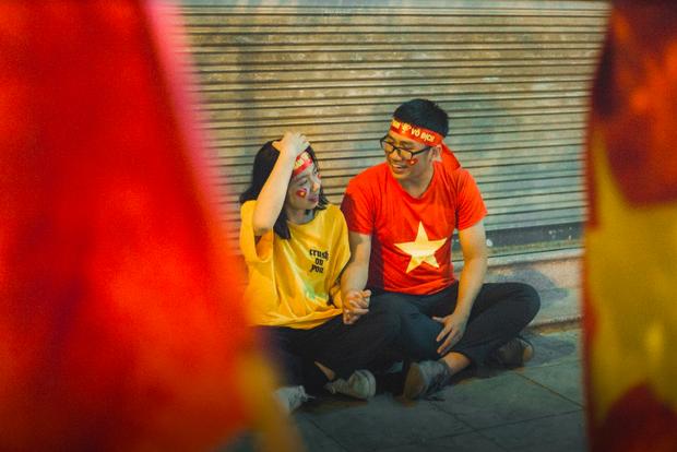 Bộ ảnh cổ vũ đội tuyển Việt Nam đáng yêu của sinh viên Thương mại: Khi tình yêu bóng đá và tình yêu đôi lứa hoà chung nhịp đập - Ảnh 3.