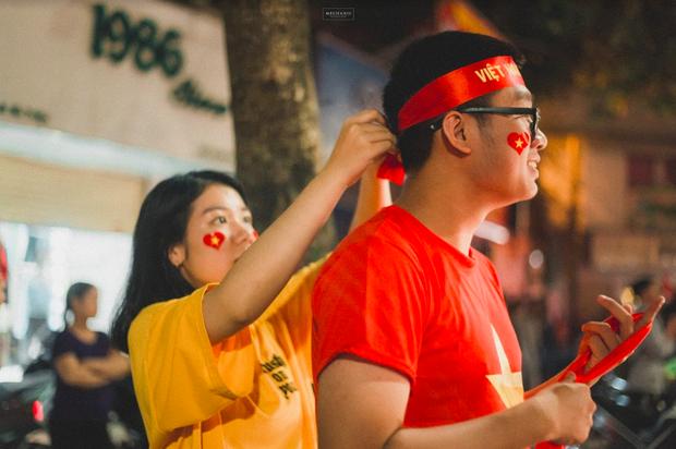 Bộ ảnh cổ vũ đội tuyển Việt Nam đáng yêu của sinh viên Thương mại: Khi tình yêu bóng đá và tình yêu đôi lứa hoà chung nhịp đập - Ảnh 4.