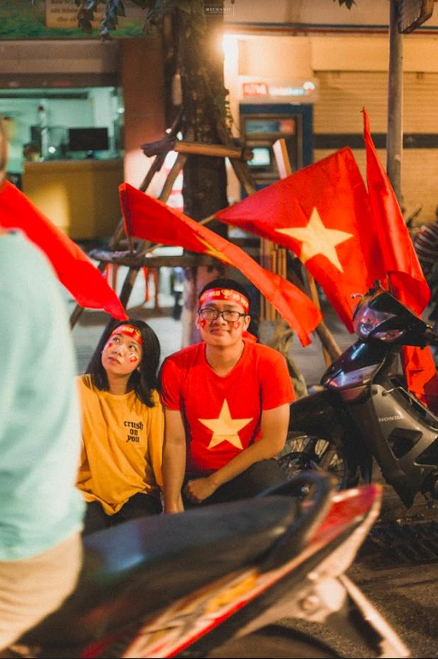 Bộ ảnh cổ vũ đội tuyển Việt Nam đáng yêu của sinh viên Thương mại: Khi tình yêu bóng đá và tình yêu đôi lứa hoà chung nhịp đập - Ảnh 5.