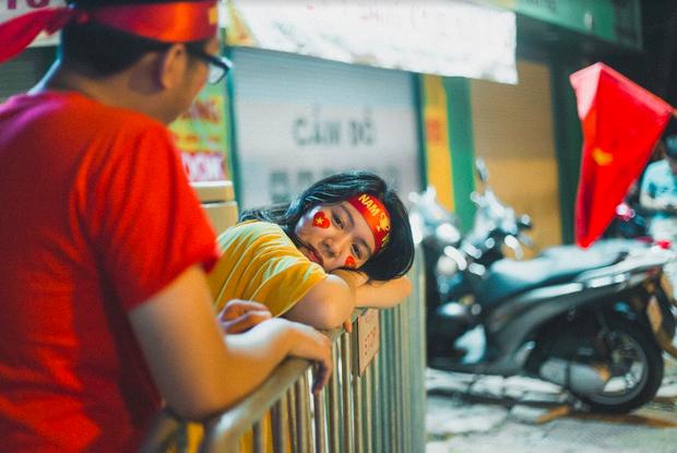 Bộ ảnh cổ vũ đội tuyển Việt Nam đáng yêu của sinh viên Thương mại: Khi tình yêu bóng đá và tình yêu đôi lứa hoà chung nhịp đập - Ảnh 6.