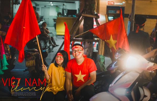 Bộ ảnh cổ vũ đội tuyển Việt Nam đáng yêu của sinh viên Thương mại: Khi tình yêu bóng đá và tình yêu đôi lứa hoà chung nhịp đập - Ảnh 1.