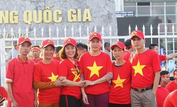 Gia đình cầu thủ Văn Đức và Trọng Hoàng dù say xe vẫn vượt 300km ra Hà Nội tiếp sức cho đội tuyển Việt Nam - Ảnh 1.