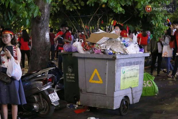 Rác chất thành từng đống trên phố đi bộ sau trận chung kết AFF Cup, nhiều bạn trẻ toát mồ hôi thu gom vẫn không xuể - Ảnh 10.