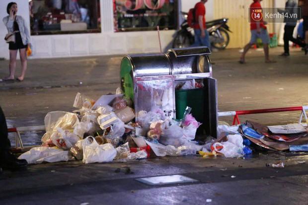 Rác chất thành từng đống trên phố đi bộ sau trận chung kết AFF Cup, nhiều bạn trẻ toát mồ hôi thu gom vẫn không xuể - Ảnh 8.