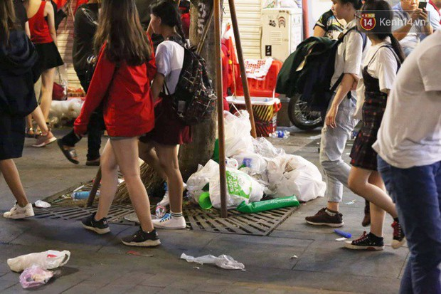 Rác chất thành từng đống trên phố đi bộ sau trận chung kết AFF Cup, nhiều bạn trẻ toát mồ hôi thu gom vẫn không xuể - Ảnh 3.