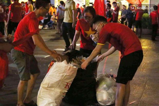 Rác chất thành từng đống trên phố đi bộ sau trận chung kết AFF Cup, nhiều bạn trẻ toát mồ hôi thu gom vẫn không xuể - Ảnh 6.
