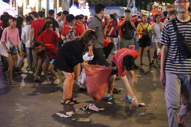 Rác chất thành từng đống trên phố đi bộ sau trận chung kết AFF Cup, nhiều bạn trẻ toát mồ hôi thu gom vẫn không xuể - Ảnh 5.