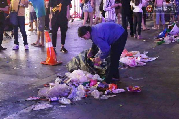 Rác chất thành từng đống trên phố đi bộ sau trận chung kết AFF Cup, nhiều bạn trẻ toát mồ hôi thu gom vẫn không xuể - Ảnh 11.