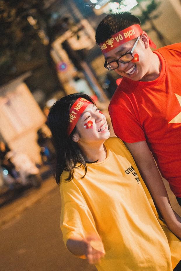 Bộ ảnh cổ vũ đội tuyển Việt Nam đáng yêu của sinh viên Thương mại: Khi tình yêu bóng đá và tình yêu đôi lứa hoà chung nhịp đập - Ảnh 7.